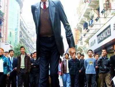 张俊才和姚明合照 世界第一巨人比姚明高16厘米